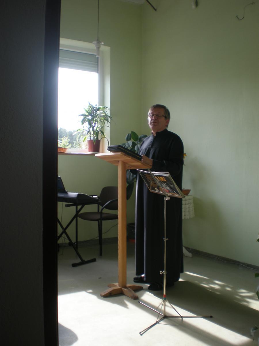 Pastor Roman Chalupka głosi kazanie